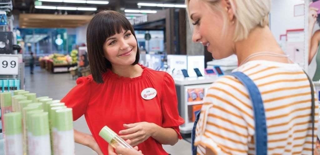 매장에서 고객과 상담중인 타겟 직원 모습, Image from Target