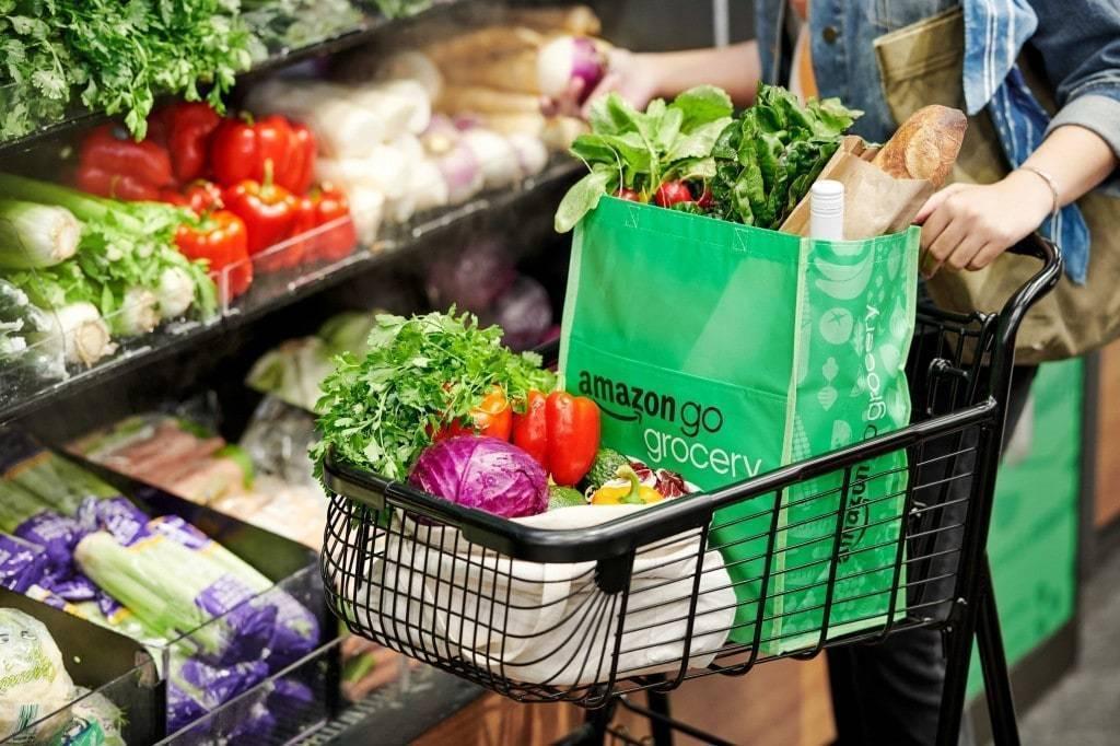 아마존 고 식료품점(Amazon Go Grocery)에서 쇼핑하는 모습, Amazon Go Grocery shopping cart, Image from Amazon