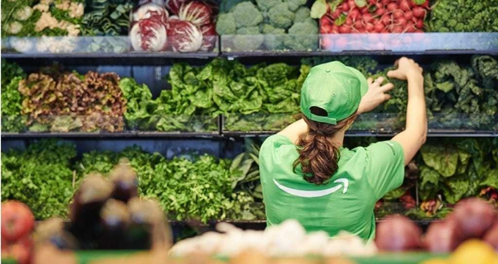 아마존 고 식료품점(Amazon Go Grocery)에서 야채류를 전시하는 아마존 직원, Image from Amazon