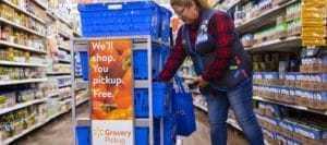 월마트 매장에서 카트에서 상품을 내리는 임지원, Image from Walmart