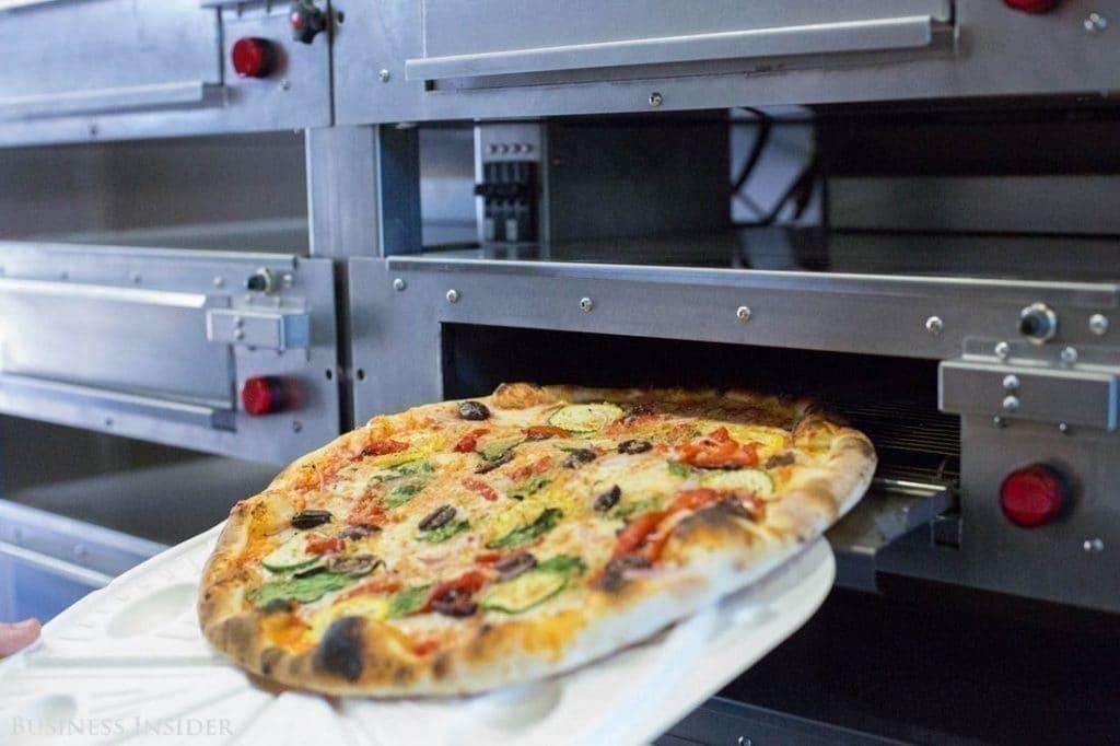 줌 피자 배달 트럭안의 오븐에서 피자를 구워 포장하는 모습, Image from Business Insider