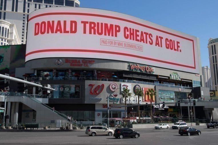 트럼프대통령이 사기 골프를 친다고 비난하는 민주당 후보 경선에 나선 블룸버그의 광고가 라스베가스 거리에 걸려 있다, 2020.02.21, Photo by AFP Mark Ralston