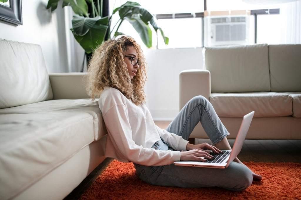 재택 근무중인 여성, Photo by thought catalog