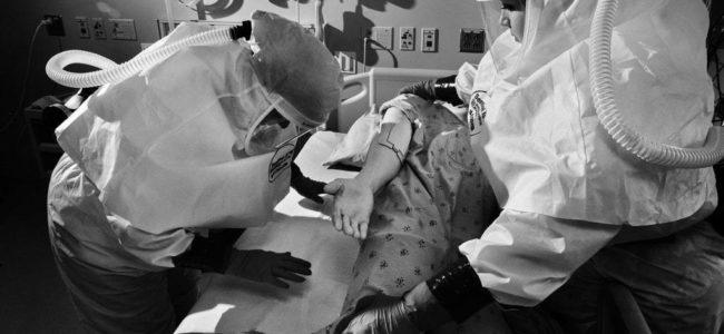 코로나 팬데믹, 코로나 환자를 치료하고 있는 의료진, Image from The Atlantic