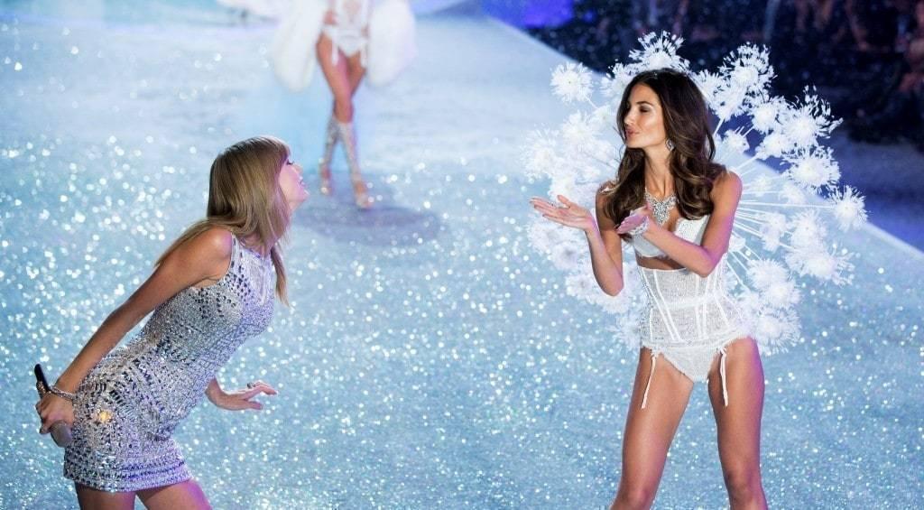 2013년 11월 13일 뉴욕에서 열린 빅토리아 시크릿 패션쇼에서 가수 테일러 스위프트가 릴리 알드리지에게 제스처를 취하고 있다