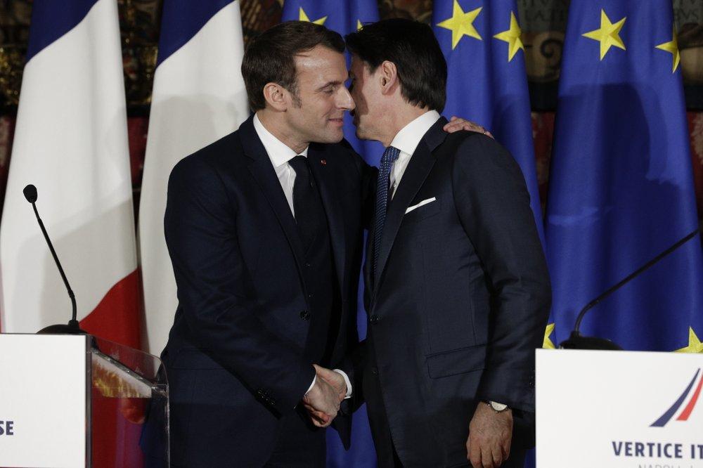 2020년 2월 27일 프랑스 마크롱대통령과 이탈리아 주세페 콘테 ㅌ=총리가 어깨에 팔을대고 두빰에 키스하는 인사를 하고 있다, Photo by Andrew Medichini