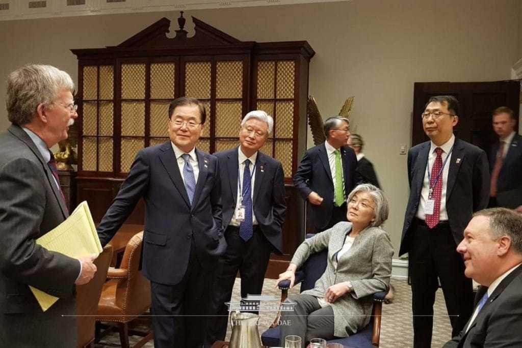 백악관에서 한반도 전략을 논의하는 볼턴보좌관과 강경화장관 등 한국측 인사들