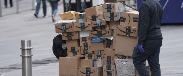 뉴욕 타임스퀘어의 아마존 택배 배달원, An Amazon delivery person walks in Times Square on March 17, Photo by REUTERS, CARLO ALLEGRI