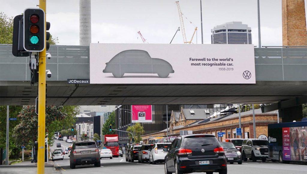 뉴질랜드 거리에 걸린 폭스바겐 비틀 고별광고, VolksWagen Beetle Farewell AD in Newzealand, Image from BrandingAsia