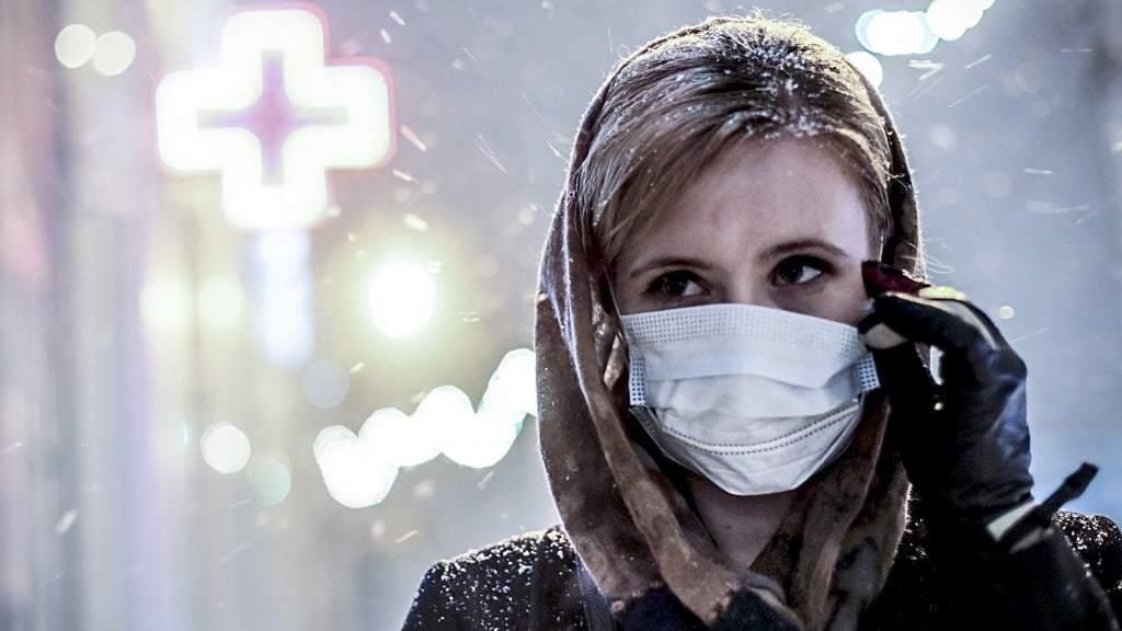러시아 노보시비르스크에서 의료용 마스크를 쓰고 거리를 걷는 소녀, Image from TASS