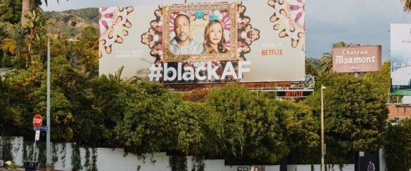 로스 앤젤레스 선셋대로의 광고판에서 새로운 넷플릭스 코미디를 광고, Photo bu ADAM AMENGUAL, WSJ