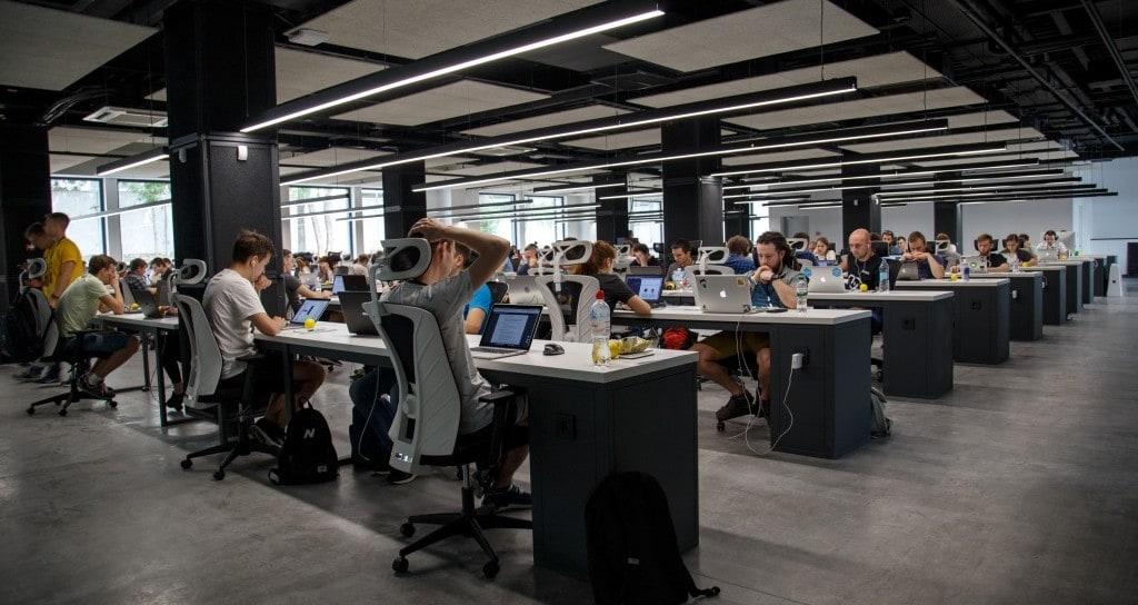 사무실에서 모여 근무중인 직원들, Photo by alex kotliarskyi