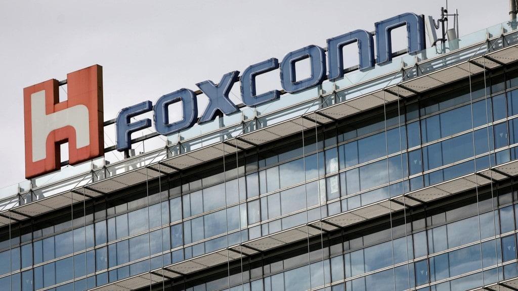 포스트 코로나로 생산을 재개한 세계 최대 생산 공급 업체중의 하나인 폭스콘, Foxconn,  Image from REUTERS, TYRONE SIU