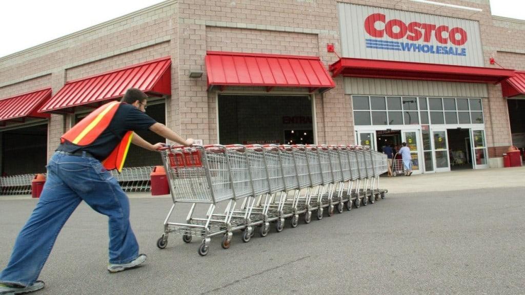쇼핑 카트를 밀고 있는 코스트코 직원, Photo by REUTERS, JOHN GRESS