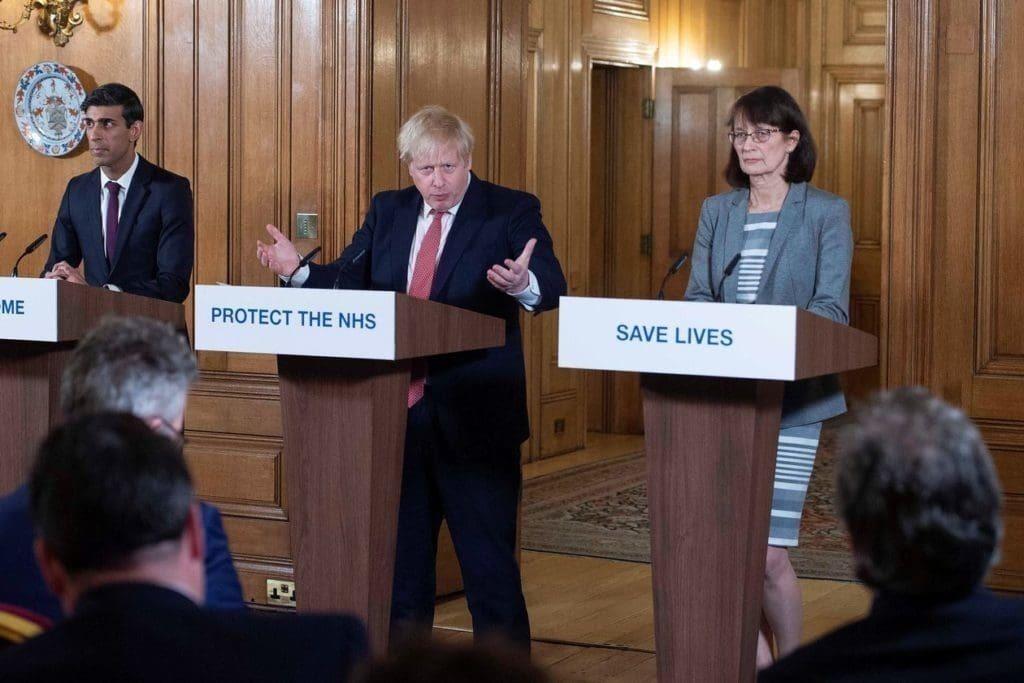 영국의 최고 의료 책임자 대리인 제니 해리스(Jenny Harries)는 명확하고 공감적인 반응으로 공감을 얻고 있습니다, Image from AFP