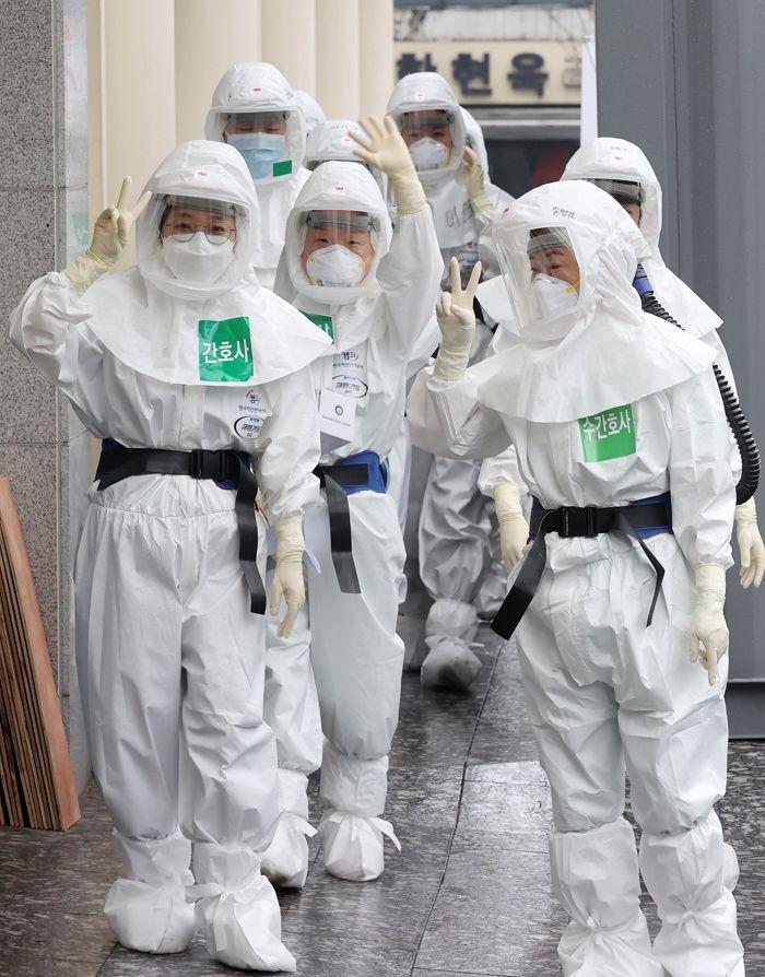 전동식 호흠장치(PAPR)을 착용한 간호사들, Image from Google