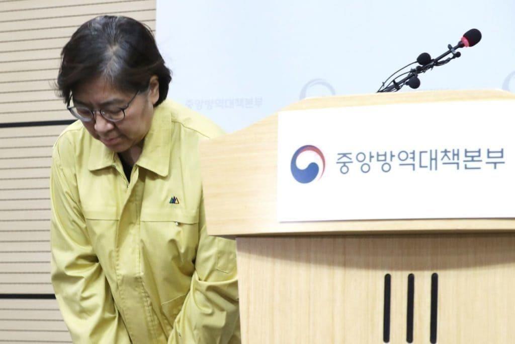 정은경 질병관리본부장은 일일 브리핑에서 솔직한 대화, 정보에 입각한 분석 및 냉철함을 잃지않아 한국의 코로내19 대응에 결정적인 역활을 했습니다, Image from YONHAP