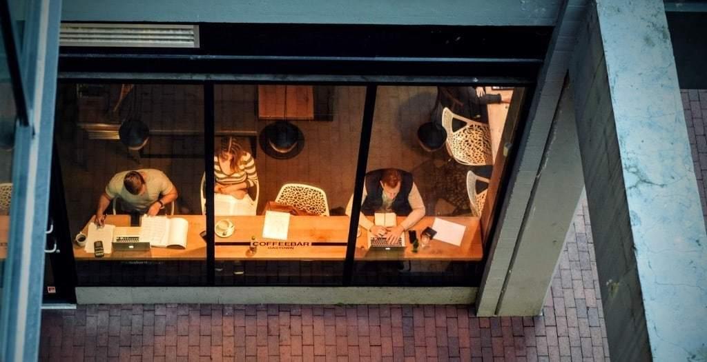 카페에서 일하는 사람들, Photo by More free photos