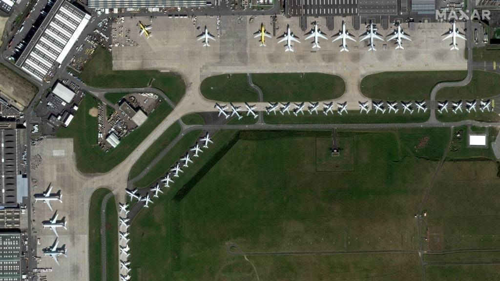코로나 이후 항공 산업 전망, 19가 만든 진풍경, 3월 27일 프랑스 파리 샤를 드골 공항에 여객기들이 비행감소로 인해 주기되어 있는 모습, Photo by MAXAR Technologies