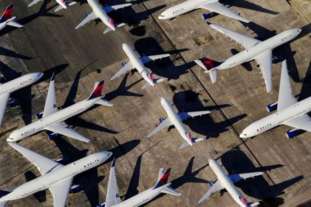 코로나19가 만든 진풍경, 3월25일 미국 앨라배마주 버밍엄-셔틀워스 국제공항 활주로에 델타항공 소속 여객기들이 복잡한 방식으로 주기돼 있다, Image from Reuters