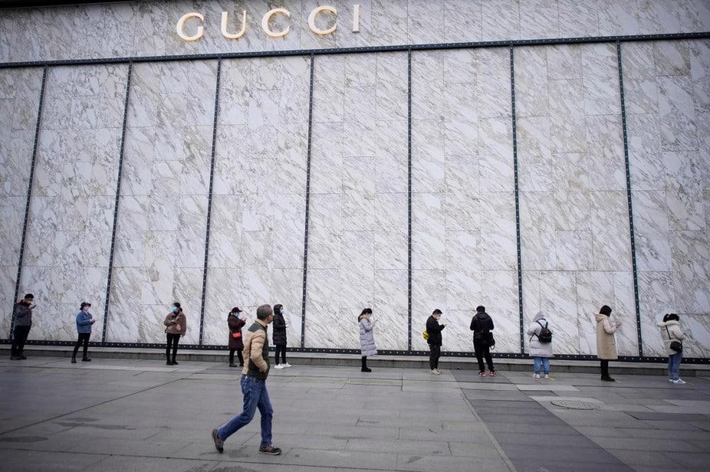 코로나19가 처음 발발한 중국 우한 구찌 매장에 입장하기 위해 마스크를 쓰고 줄을 선 우한 시민들, Photo by REUTERS, ALY SONG