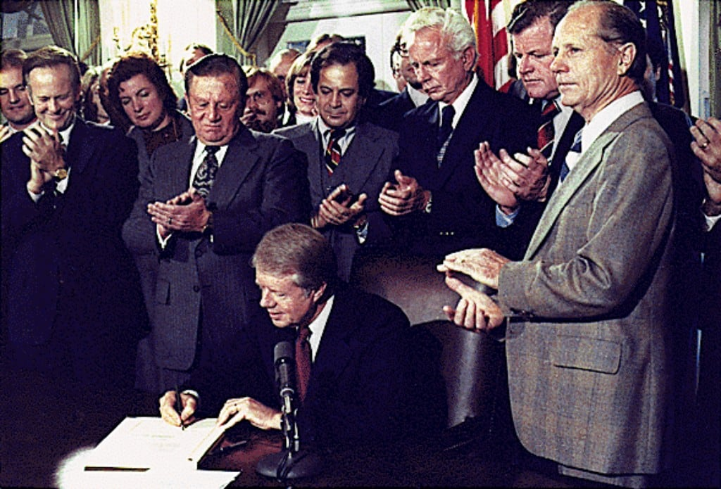 1978년 항공 규제 완화법(Airline Deregulation Act)에 서명하는 지미 카터 대통령,