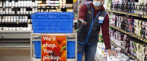 마스크를 쓰고 상품을 픽업하고 있는 월마트 직원, Walmart employee with mask, Image from Walmart