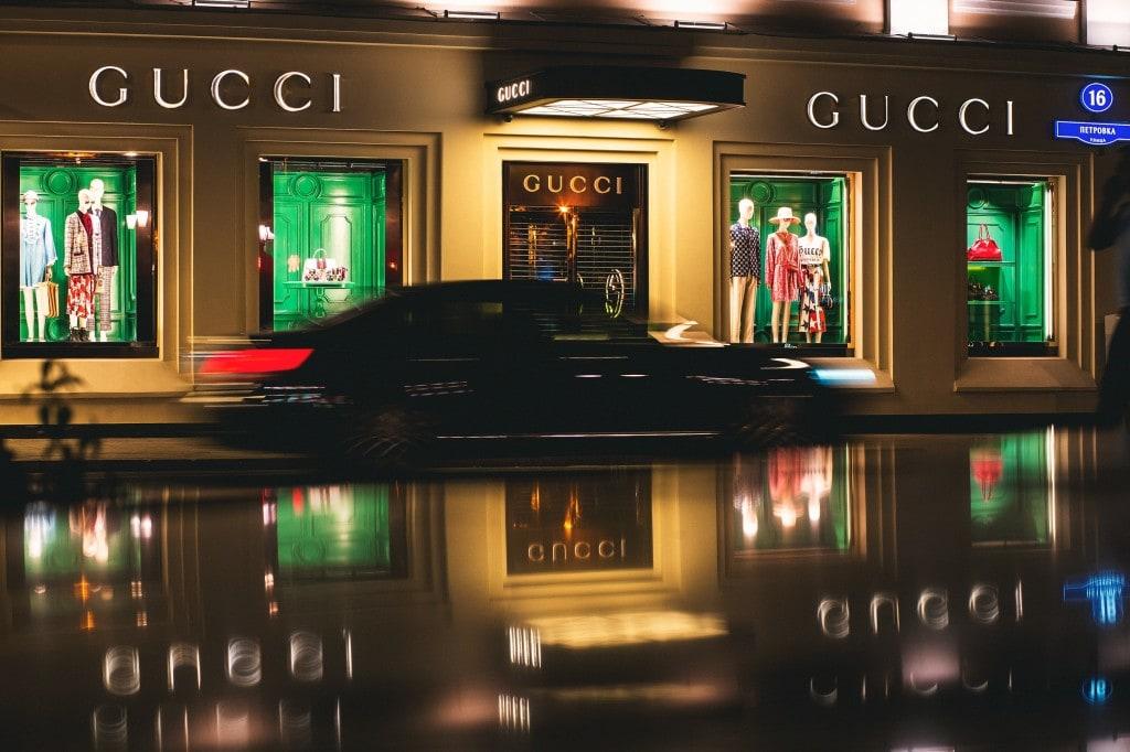 명품 브랜드 구찌 매장앞을 지나는 자동차, GUCCI Store, Photo by Dima Pechurin