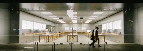 코로나 팬데믹으로 폐쇄된 애플 스토러 앞을 지나는 남며, Perth WA, Australia, Photo by harry cunningham