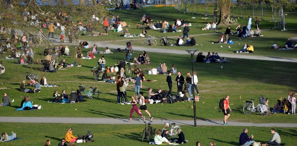 코로나 팬데믹임에도 자유롭게 공원에 모인 스웨덴 스톡홀름 시민들, 2020년 4월 22일, Photo by ANDERS WIKLUND, EPA