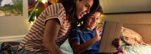 페이스북을 사용하면서 즐거워하는 아이와 엄마. Image from facebook