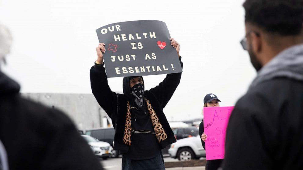 20년 3월 30일 스태튼 아일랜드 아마존 물류창고 노동자들의 파업 중 피켓을 들고 있는 Christian Smalls, Amazon strike,  Photo by Jeenah Moon, Reuters