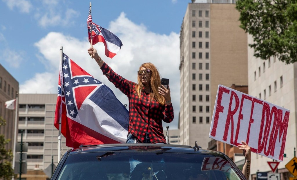미시시피주 깃발을 들고 경제 봉쇄 해제를 요구하는 시위자들, Protesters wave the Mississippi state flag at a 'Reopen Mississippi' protest on Saturday, April 25, 2020, Photo by Eric J. Shelton, Mississippi Today