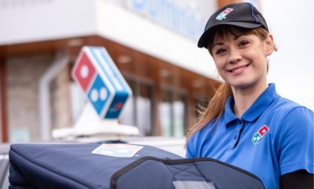아름다운 도미노피자 여성 배달원, Image from Domino's Pizza