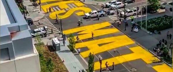 워싱턴DC 백악관으로 향하는 도로에 BLACK LIVES MATTER라는 문구가 칠해졌다.Image from FoxTV