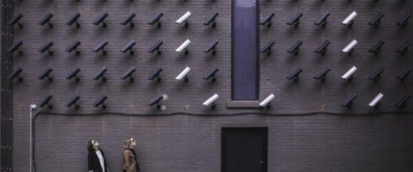 CCTV로 가득찬 벽아래에 있는 두남여, Featured, Photo by Pexels