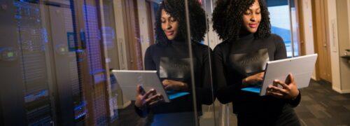 서버 관리자, 서버실앞에 기대어 서있는 여인2, Photo by christina wocintechchat-com