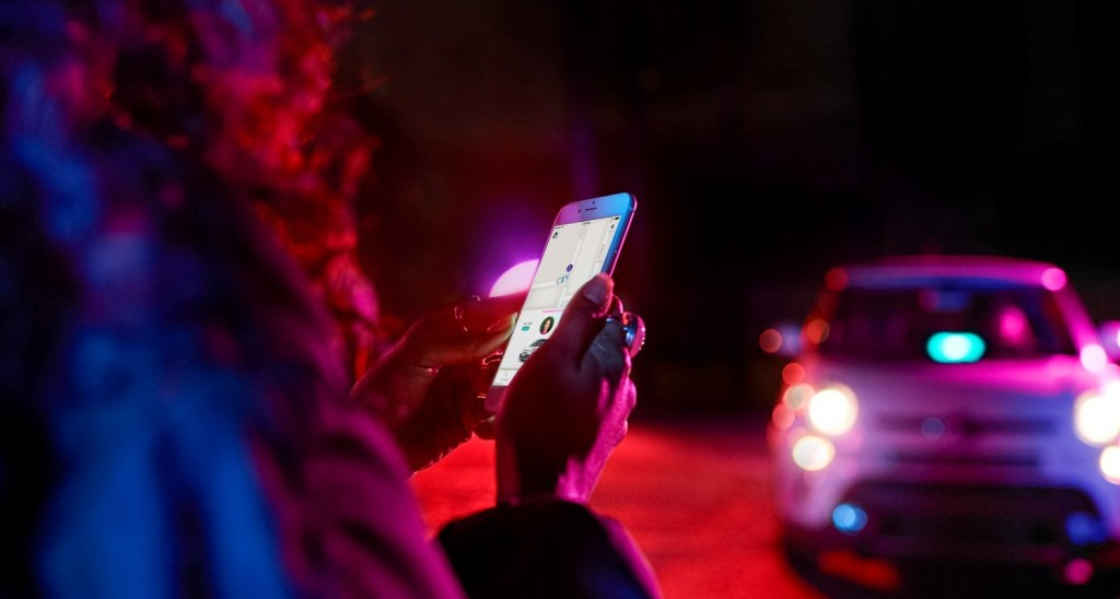 밤거리에서 자동차 공유 서비스를 부르는 여성, Car sharing, Image from Lyft IR