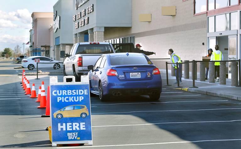 코로나 팬데믹동안 베스트바이 도로변 픽업 서비스(Curbside Pickup), Image by BOB BRAWDY TRI-CITY HERALD FILE