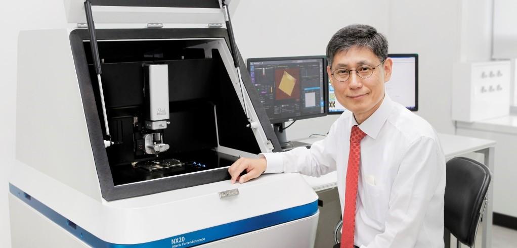 파크시스템스 박상일 대표, 파크시스템스 원자현미경 장비 앞에서, Image from KBSI