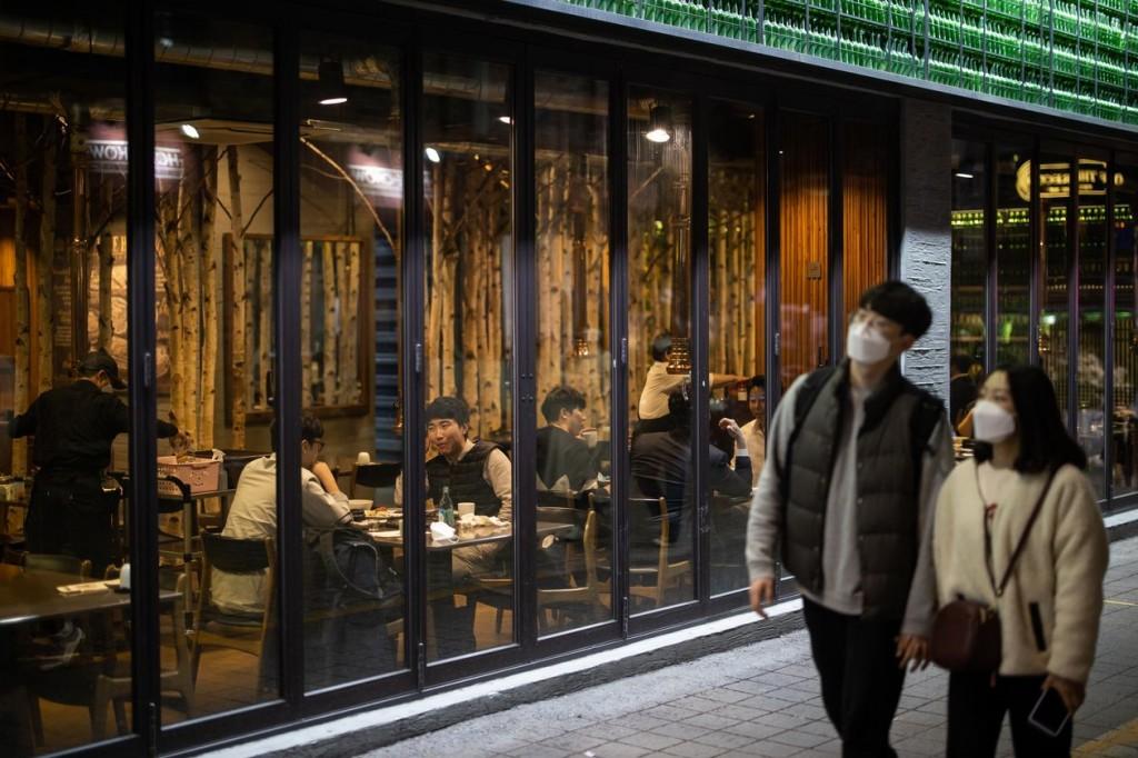 20년 4월 코로나 팬데믹 하 한국 풍경, Seoul on April 24, South Korea never had to mandate a lockdown, PHOTO by SEONGJOON CHO, BLOOMBERG NEWS