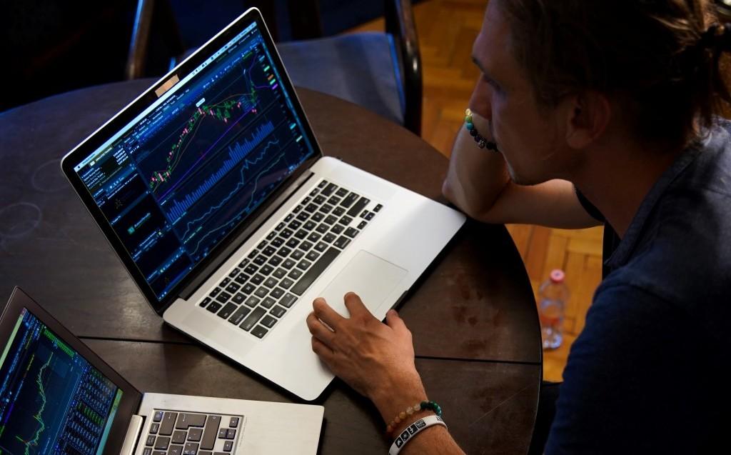 두재의 노트북을 보면서 데이트레이딩 주식투자하는 남자, Trading from a cheap AirBnB,Photo by adam nowakowski