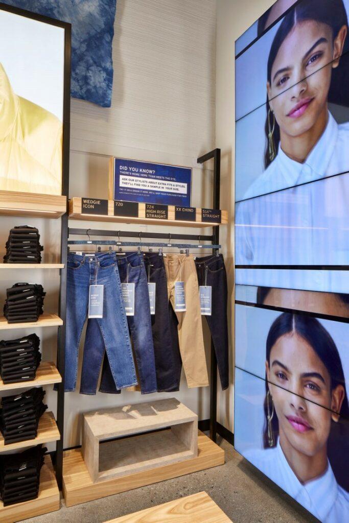 리바이스 NextGen 매장, 20년 10월 미국 갤리포니아 팔로 알토 쇼핑 센터에 오픈한 리바이스 NextGen 매장 내부 픙경, 매장 곡곳에 설치되어 있는 디지탈 사이니지를 통해 다양한 정보 제공, Image from Levi's