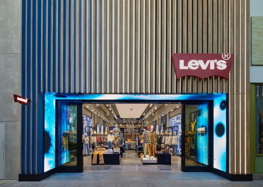 리바이스 NextGen 매장, 20년 10월 미국 갤리포니아 팔로 알토 쇼핑 센터에 오픈한 리바이스 NextGen 매장 입구, Image from Levi's