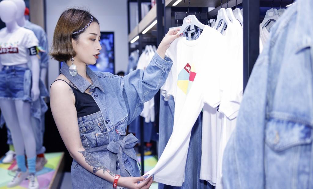 리바이스 NextGen 매장, 20년 8월 오픈한 리바이스 NextGen 상하이 매장에서 옷들을 살펴보는 여성 고객, 2020826 SHANGHAI-STORE OPEN, Image from Levi's