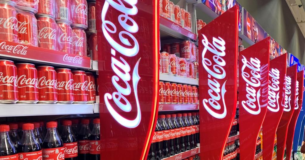 매장 매대에 진열된 코카콜라, coca-cola