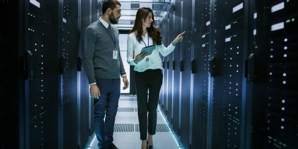 인텔 실적, 인텔 데이타센터에서 서버를 살펴보는 남자와 여자, Image from Intel IR page