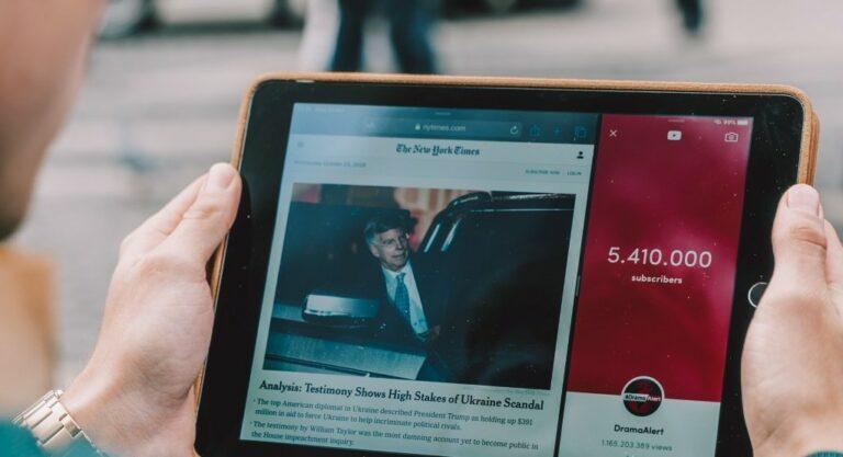 태블릿으로 뉴욕타임스를 읽고 있는 남자, Photo by Cardmapr