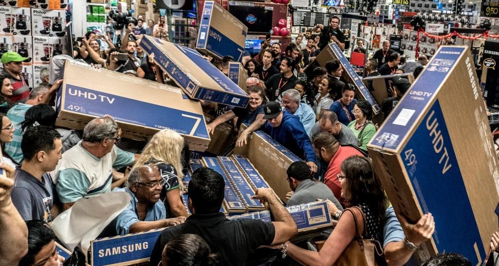 블랙프라이데이 대폭 할인하는 TV를 사기위해 몰려든 사람들, Black Friday TV shopping, Image from Fobes