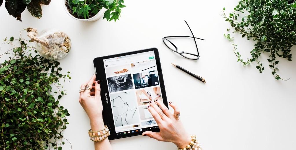 삼성 크롬북을 사용해 온라인쇼핑 모습, Photo by brooke lark